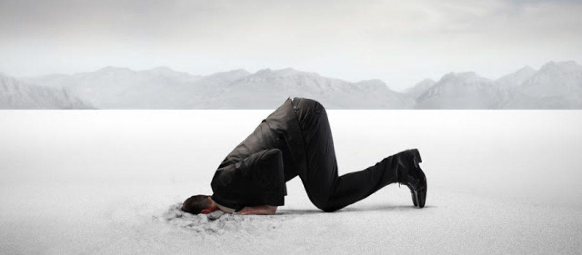 mężczyzna z głoą w śniegu